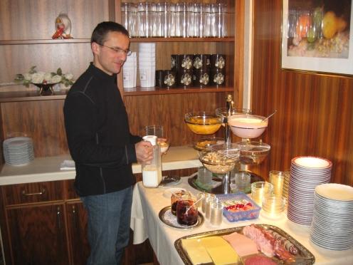 Herbert Ziefle am Frühstücksbuffet